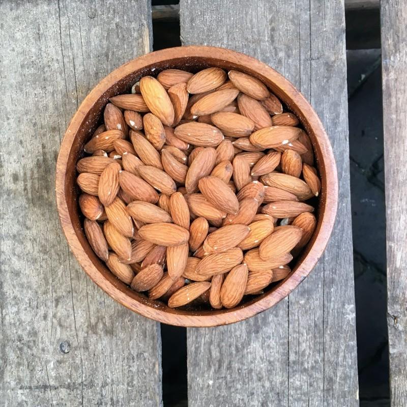 Ongebrande amandelen Ongebrande amandelen met vlies Verse gezonde noten