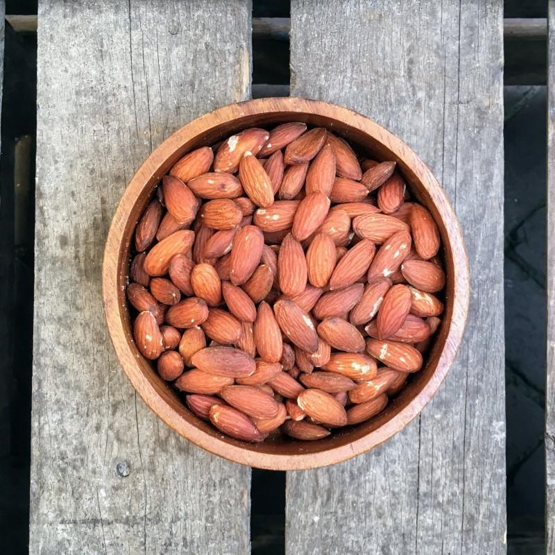 Gebrande amandelen Gebrande amandelen met vlies gezouten Verse gezonde noten
