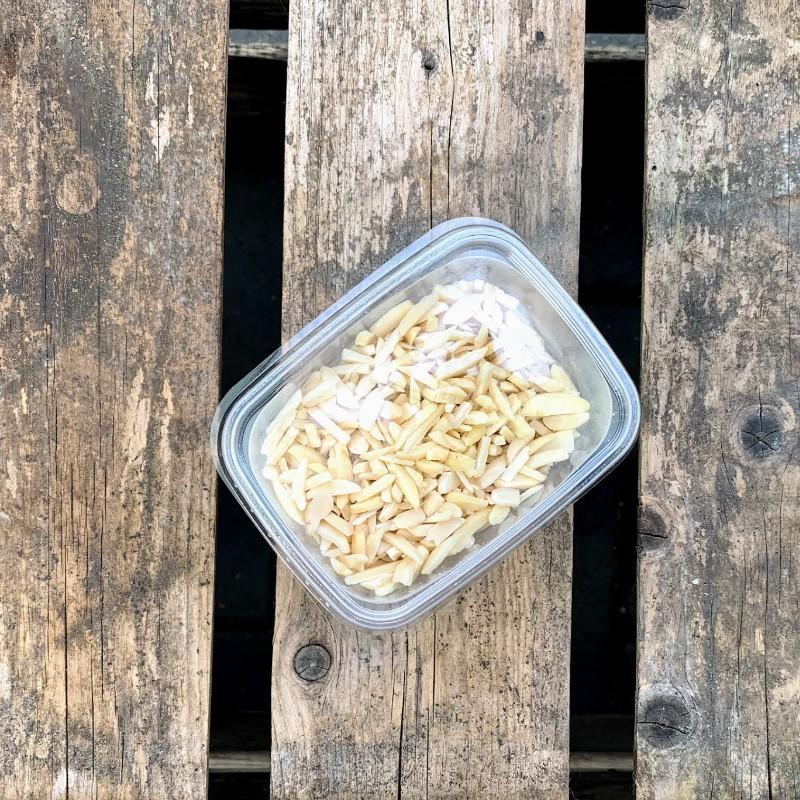 Bakken met amandelen Amandelstukjes Verse gezonde noten
